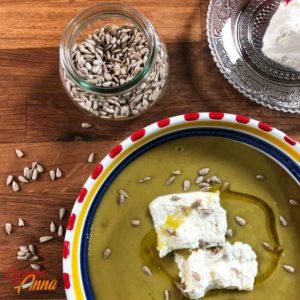 Crema di piselli con caprino e semi di zucca