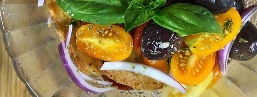 Frisella con pomodoro, cipolla e olive