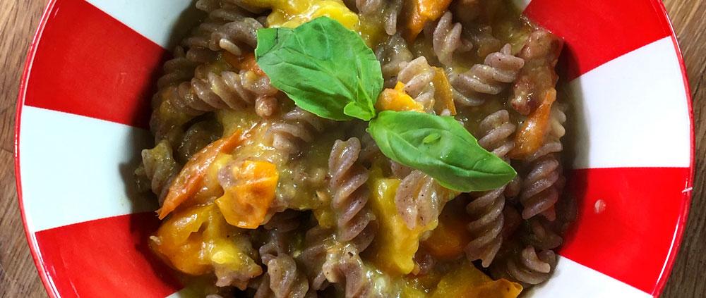 Pasta di legumi con pomodorini gialli